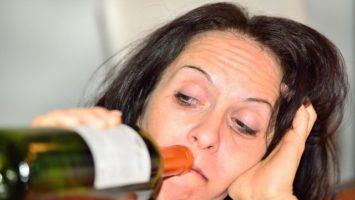 opila_zena_alkohol