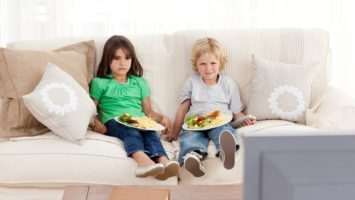 stolovani_televize_deti_vecere_obed