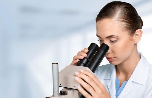 lekarsky-vyzkum-vedec-mikroskop