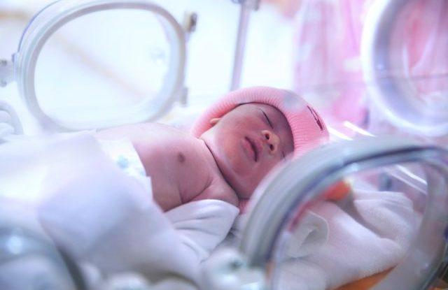 nemocnice_novorozenec_inkubator