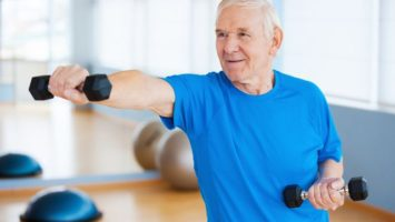 testosteron-senior-muz-cviceni-vitalita-posilovan