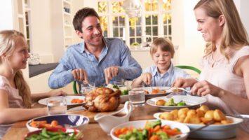 vecere-obed-rodina-jidlo