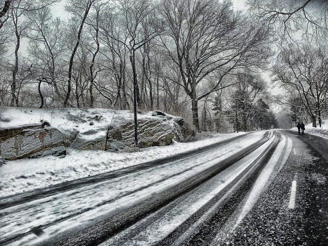 naledi-namrzla-vozovka-silnice-zima-snih
