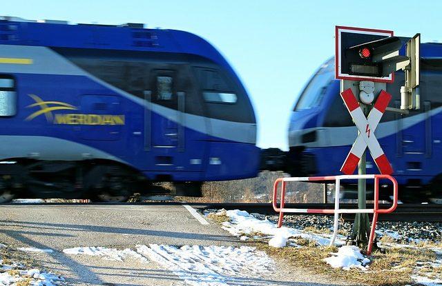 zeleznicni-prejezd-vlak-zavory