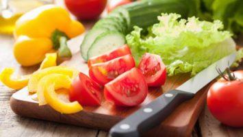 zelenina-rajce-nuz-prkenko