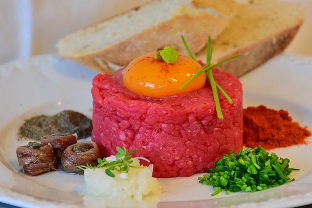 tatarsky-biftek-tatarak-vejce-paleo-dieta