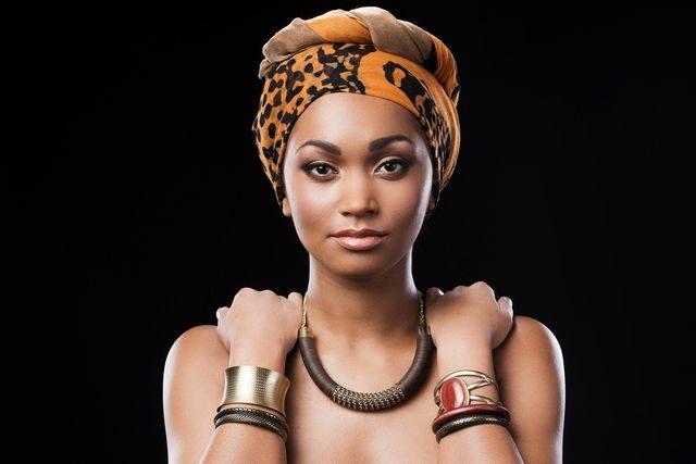 Krásná černá žena v Africe, plastická chirurgie, zvětšení zadku