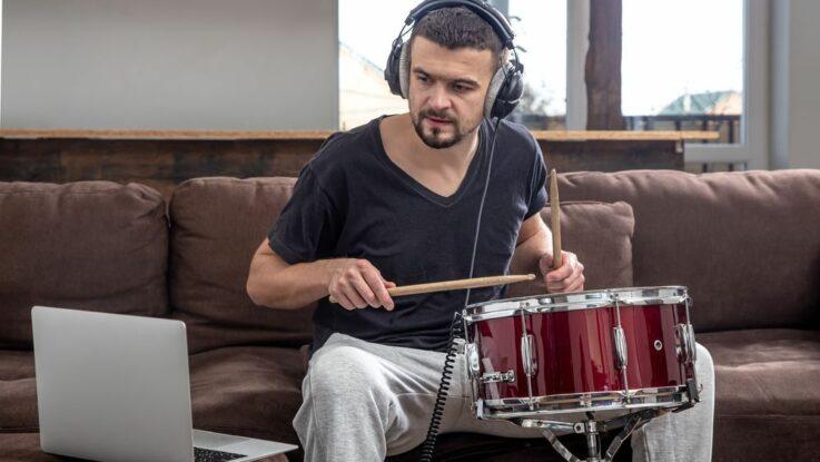 Jak se naučit hrát na bicí